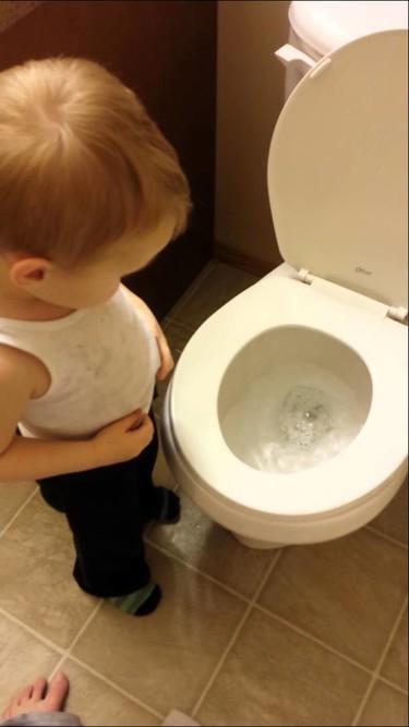 Un vídeo muestra la ternura de un niño al dar el último adiós a su mascota