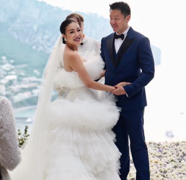 La boda de esta it-girl de Hong Kong nos ha dejado sin palabras, metros de tejido y millones de plisados, una obra de arte