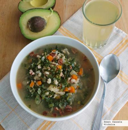 Sopa de verduras con cebada y kale. Receta saludable