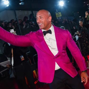 Dwayne Johnson sabe que los looks de fiesta se llevarán con color (como en su outfit de alfombra roja)