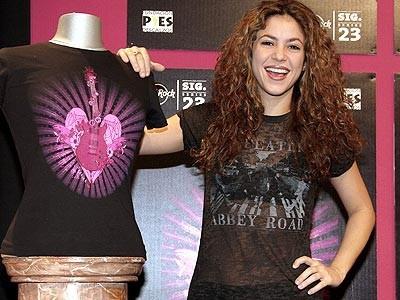 Shakira diseña una camiseta para Hard Rock Cafe Paris