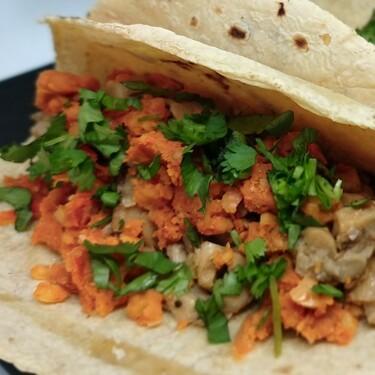 Tacos de longaniza de garbanzo. receta fácil y rápida de México ideal para unas fiestas patrias vegetarianas