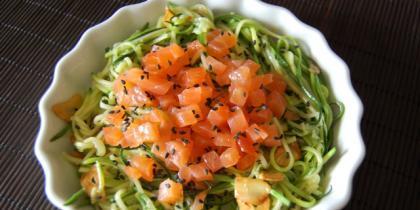 Espaguetis de calabacín con salmón marinado. Receta