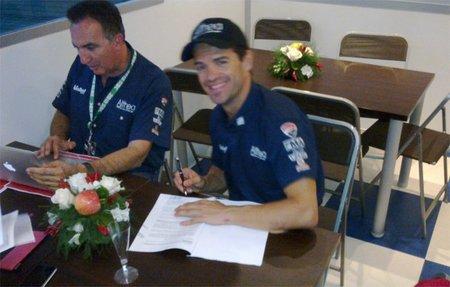 Carlos Checa firmando su nuevo contrato con Althea Ducati Racing