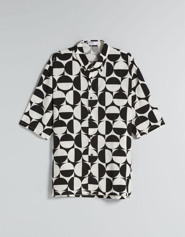 Camisa en manga corta con estampado geométrico