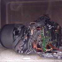 Así es cómo puede acabar tu cámara si se te ocurre la (genial) idea de meterla en el microondas