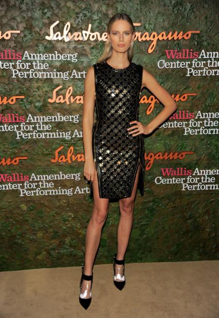 Karolina Kurkova en la Gala inaugural del Centro de Artes escénicas Willis Anneberg con un vestido negro apliques dorados y cremalleras laterales