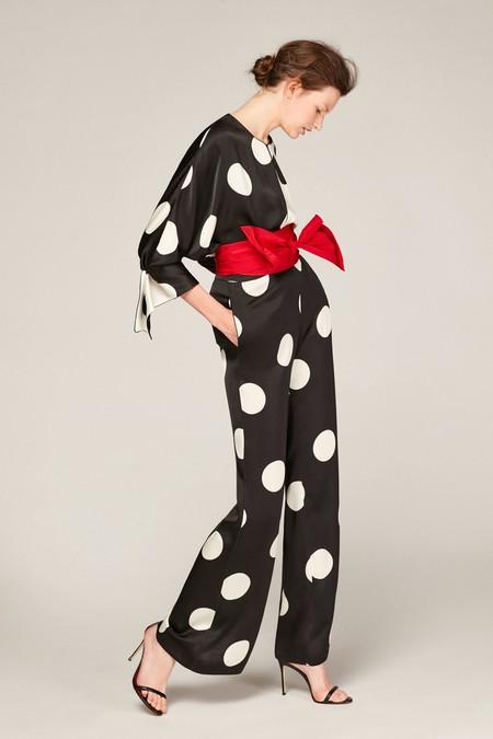 Pantalón recto de crepé satinado con polka dots y bolsillos laterales, cierre de cremallera lateral oculto con las iniciales de Carolina metálicas.