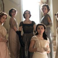 ¿Por qué deberías engancharte a la serie Seis Hermanas (y a su genial vestuario)?