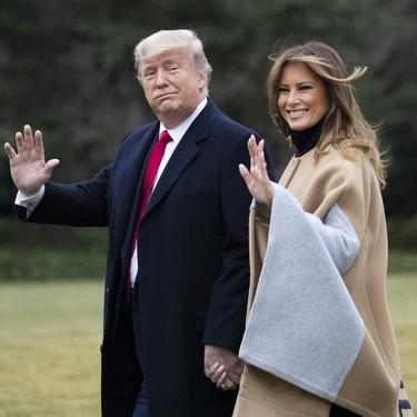 La preciosa capa de Melania Trump es el complemento perfecto para un look en negro