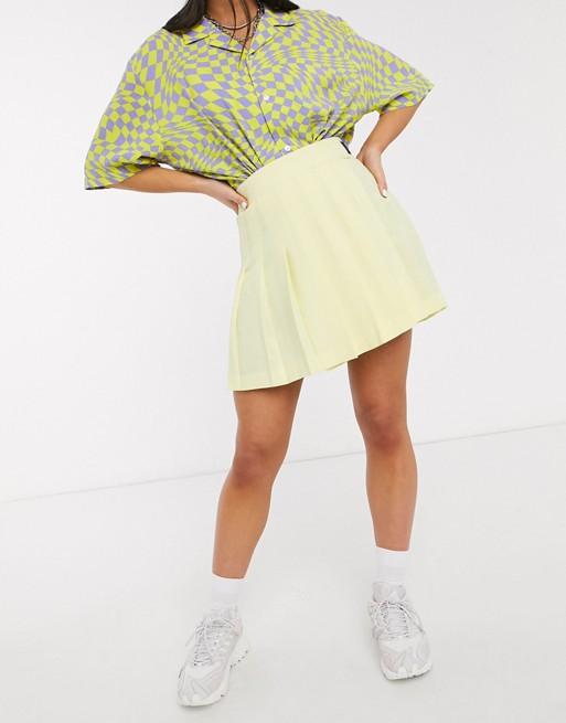 Falda plisada en amarillo.