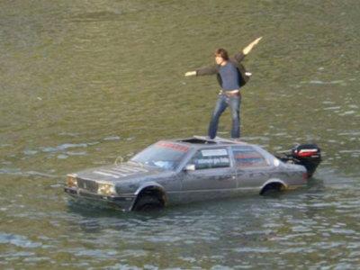 Quería ser gondolero pero naufragó con su Maserati anfibio