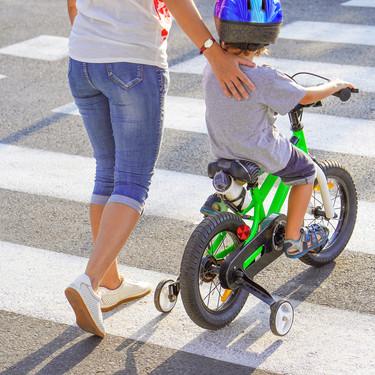 Qué pueden hacer y qué no pueden hacer los niños y los padres en las salidas a la calle