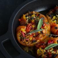 Tomates rellenos con verduras asadas y piñones: receta vegetariana