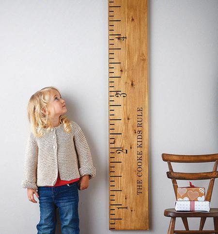 Mide cómo crecen tus hijos con estas enormes reglas vintage
