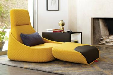 Butaca Hosu de Patricia Urquiola, la elegancia de un chaise longue en la mitad de espacio