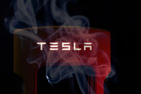 Mientras Elon Musk fuma marihuana en YouTube, dos ejecutivos de Tesla renuncian y la compañía cae en bolsa