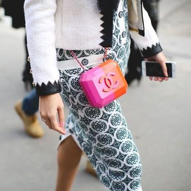 Los bolsos neón invaden el street style: la respuesta para las tímidas que no se atreven a vestirlos