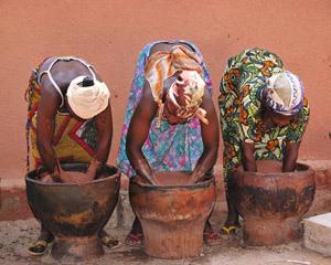 Mujeres amasando manteca de karité