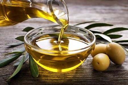 Aceite de oliva, la guía definitiva: qué variedades convienen a cada plato (y cuando usar girasol)