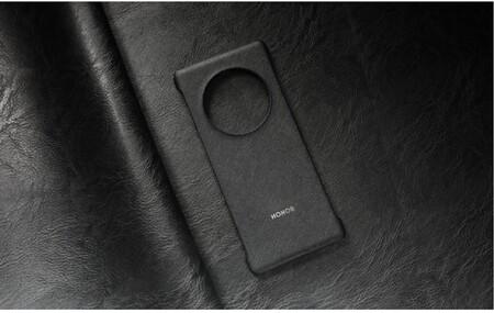 Una imagen de la funda oficial del HONOR Magic3 nos confirma que su pantalla será curva y tendrá un enorme módulo fotográfico