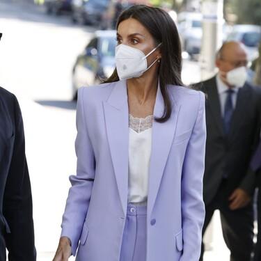 Doña Letizia inaugura el otoño sorprendiendo a todos con un top lencero y un traje de chaqueta y pantalón en malva (algo m´as amplio de lo habitual)