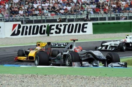 Mercedes y Renault siguen evolucionando sus coches de esta temporada