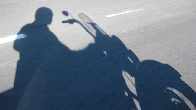 La sombra de un motero