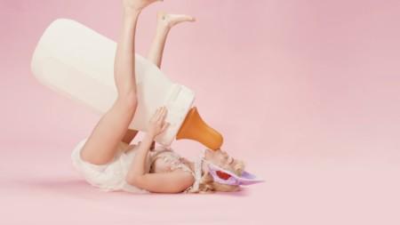 Miley Cyrus sorprende a todos al protagonizar su nuevo vídeo haciendo de bebé