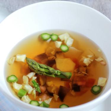Caldo dashi sencillo con hortalizas, la sopa asiática llena de sabor umami que siempre sienta bien