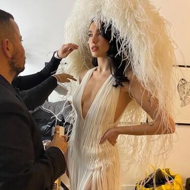 Los corazones invaden la nueva manicura de Dua Lipa y la acompañan en uno de sus looks más épicos vistos este 2020