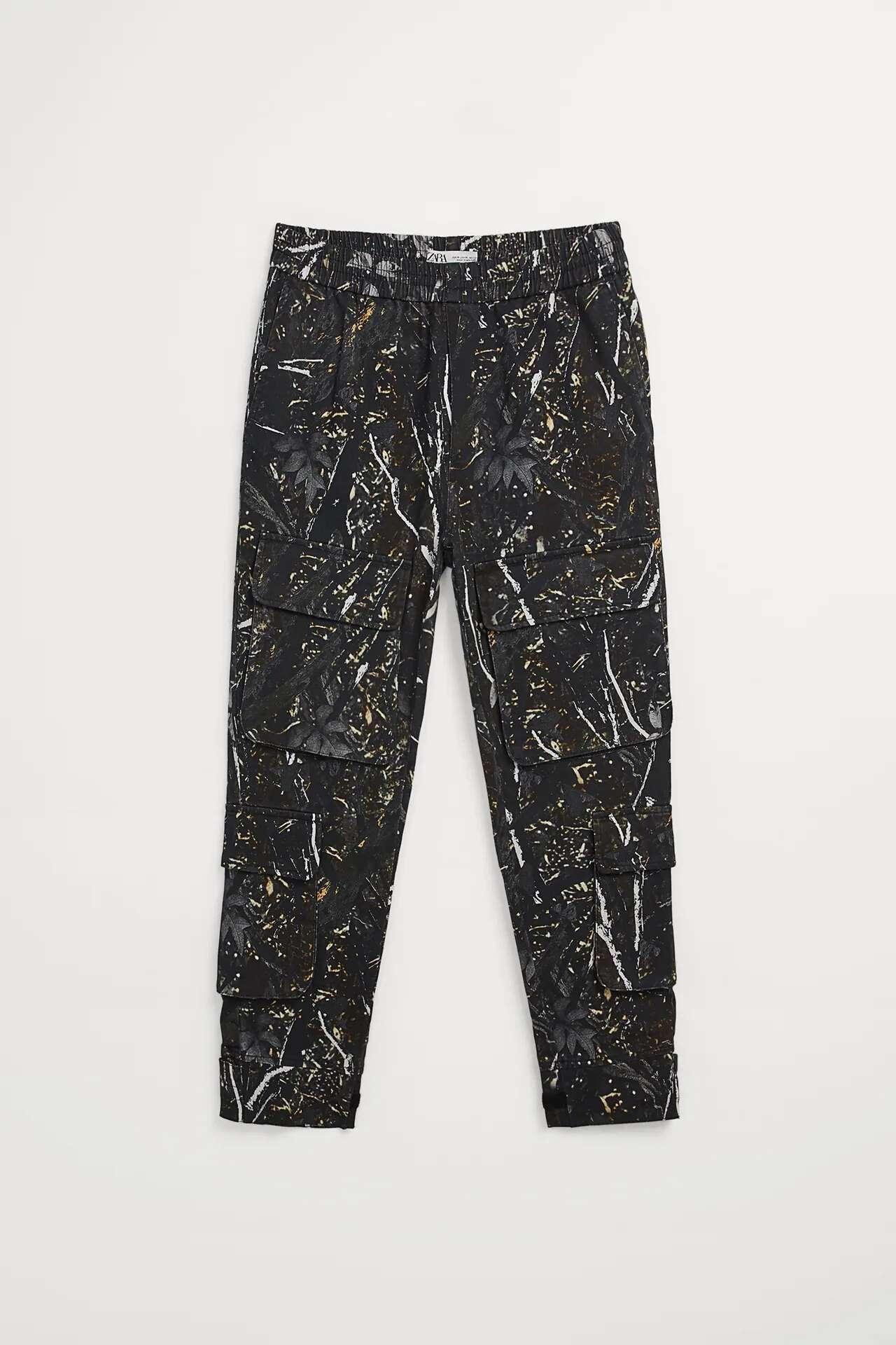 Pantalón tipo cargo con estampado de hojas