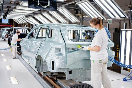 Skoda llega a los 100.000 coches enchufables, pero quiere más: en 2030 tendrá cuatro coches eléctricos puros