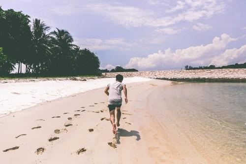 Los mejores consejos para correr en la playa de forma segura y efectiva