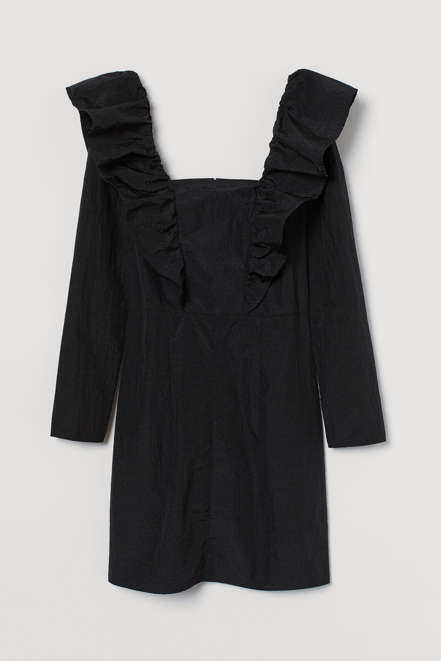 Vestido corto de nailon con escote cuadrado y maxivolantes que se prolongan por la espalda. Mangas largas abullonadas con elástico en los hombros, costura en la cintura y cremallera oculta detrás.