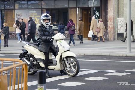 Las motos sin etiqueta ambiental sí podrán, de momento, aparcar en Madrid a partir de enero de 2020