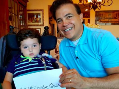 Un niño de seis años con una enfermedad similar a la de Charlie mejoró gracias al tratamiento experimental que piden para el bebé