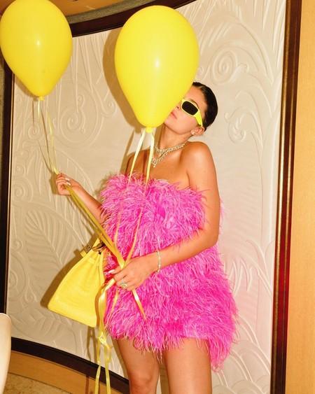 Kylie Jenner celebra su cumpleaños con un vestido de plumas de Attico visto en numerosas ocasiones