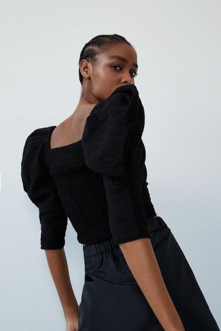Los tops y blusas se llevan con mangas abullonadas: Zara, Mango y Uterqüe nos proponen estas monadas