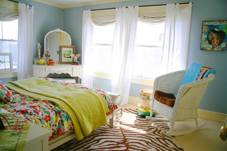 El dormitorio de Kelly, visto desde la cama.
