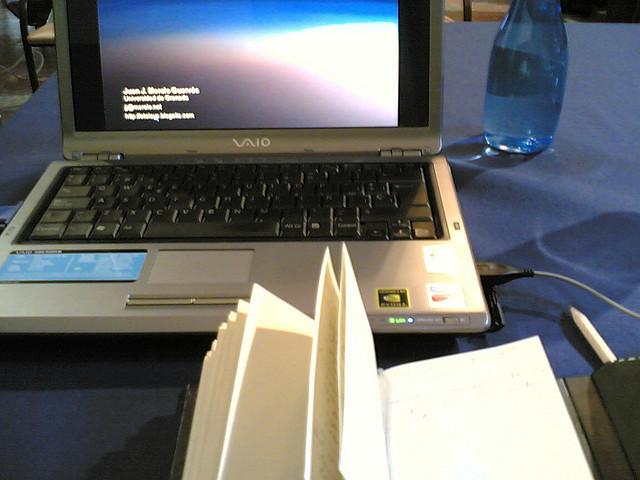ordenador y libro