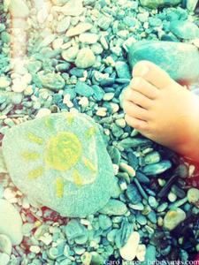 Manualidades de verano: pintar piedras en playas de rocas