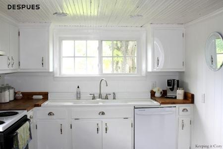 aqu tenemos la nueva cocina despus del cambio se ve claramente que lo que se ha hecho ha sido pintar los muebles en blanco con una mano de imprimacin y - Pintar Muebles De Cocina
