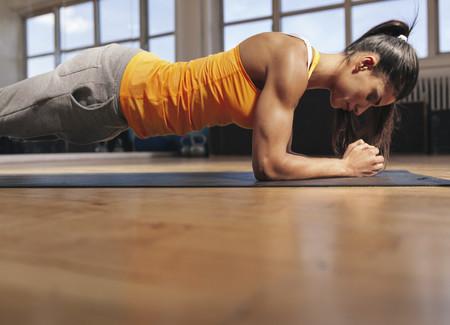 Una rutina de entrenamiento completa para trabajar tus abdominales en el gimnasio