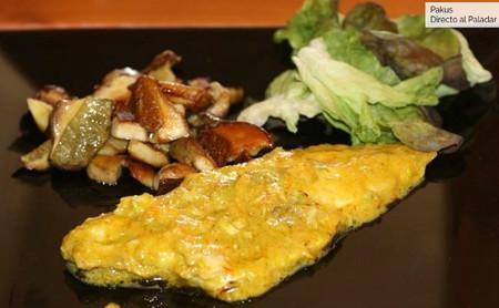 Receta otoñal de lubina en salsa de verduras con guarnición de hongos, para no cocinarla siempre al horno, a la sal o a la plancha