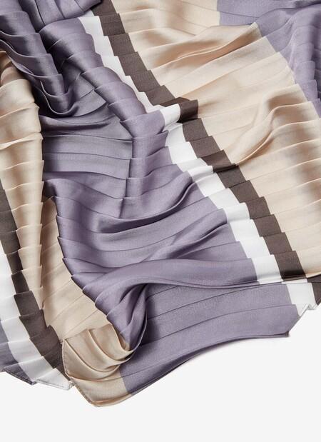 https://www.adolfodominguez.com/es-es/foulard-plisado-con-estampado-de-rayas-244012935102.html