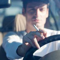 Tirar una colilla por la ventanilla de un coche puede provocar un incendio: 200 euros de multa y posible delito de cárcel