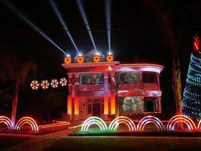 Este fan de Star Wars ha transformado su casa en el más grande espectáculo de luz y sonido navideño