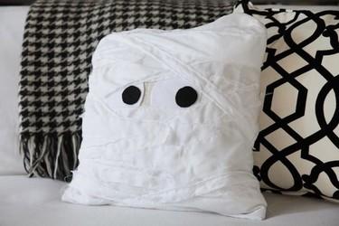 Hazlo tú mismo: un cojín momia para la noche de Halloween