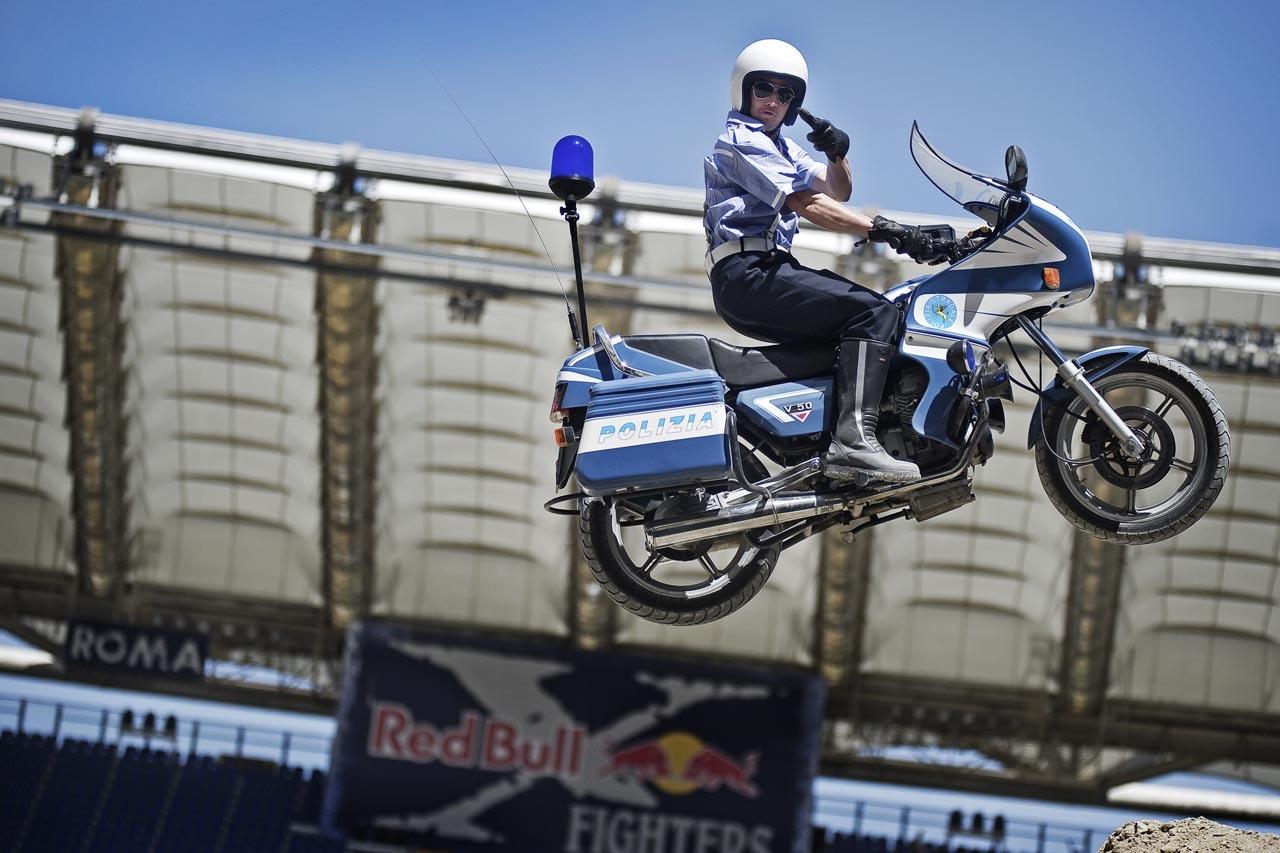 Foto de Red Bull X-Fighters de Roma, saltamos con una Moto Guzzi de la policía italiana (4/10)